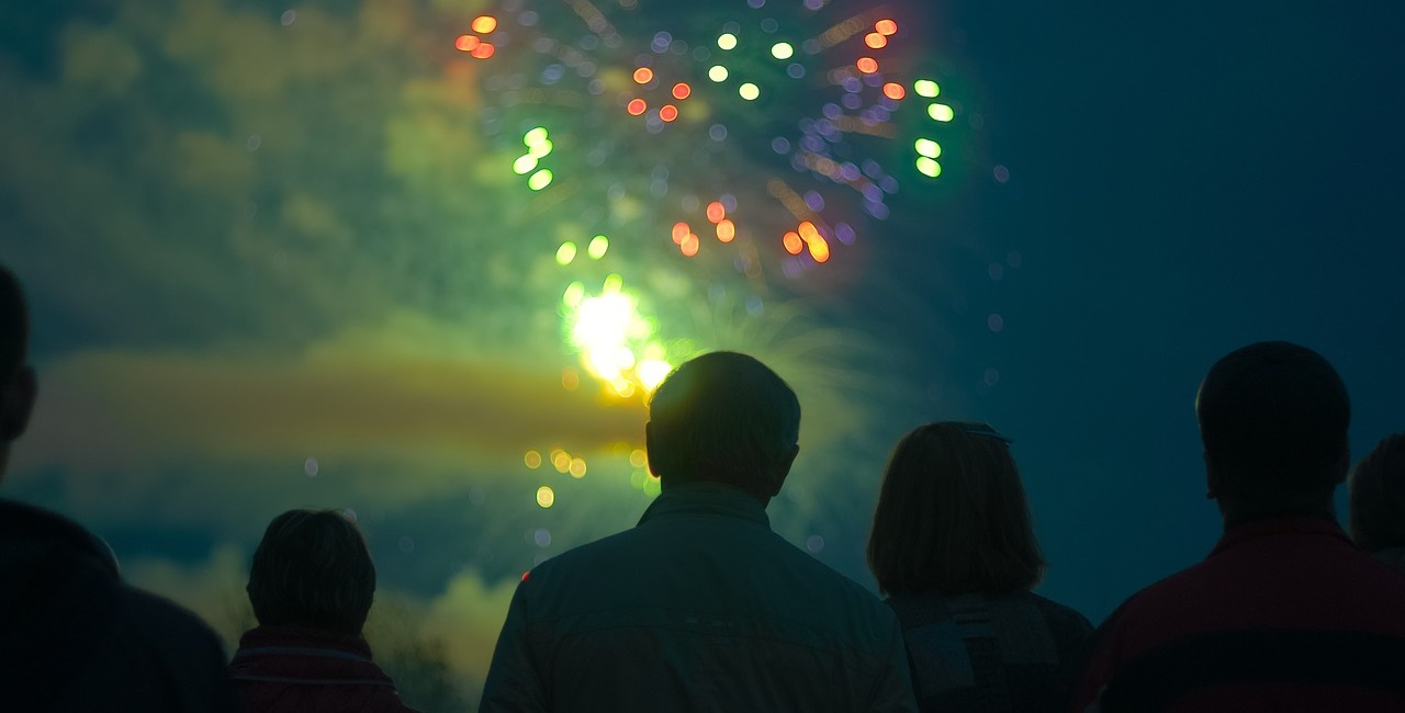 Personen beim Feuerwerk