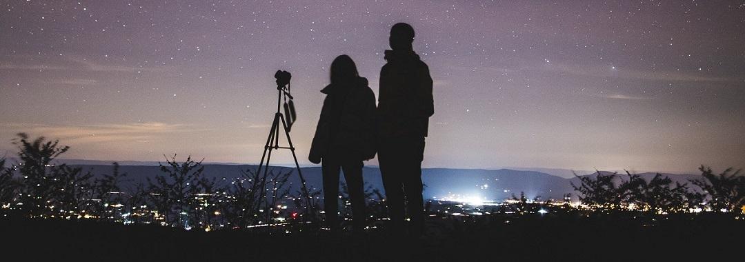 Teleskop unterm Sternenhimmel