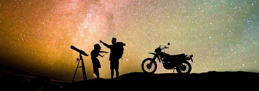 Menschen mit Teleskop