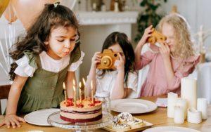 Geburtstagswünsche Titelbild. Kinder mit Geburtstagskuchen.