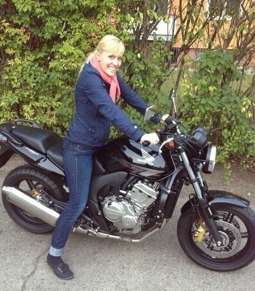 Jana Kühnler auf Motorrad