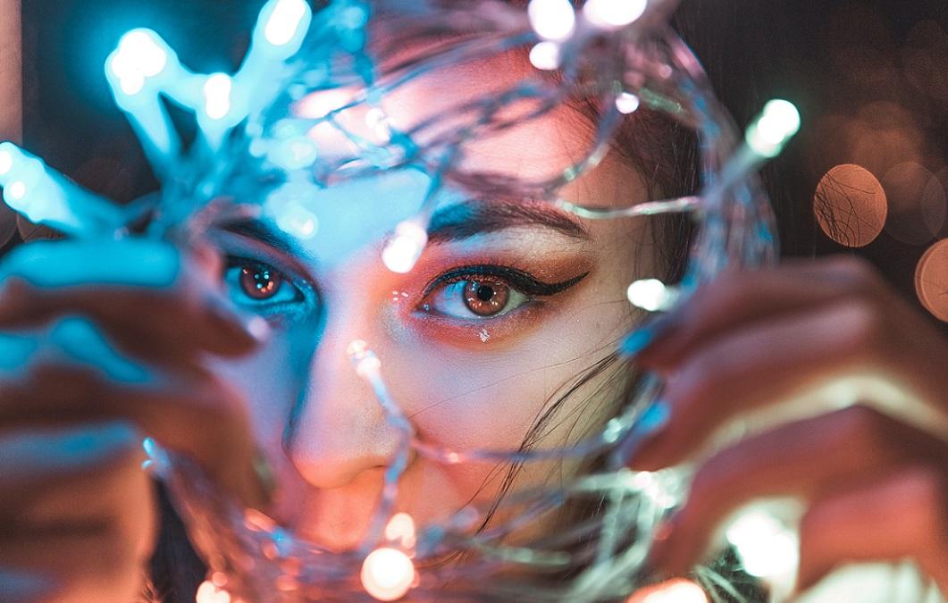Frau mit Lichterketten